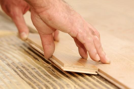 Cómo reemplazar pisos de madera o piezas individuales