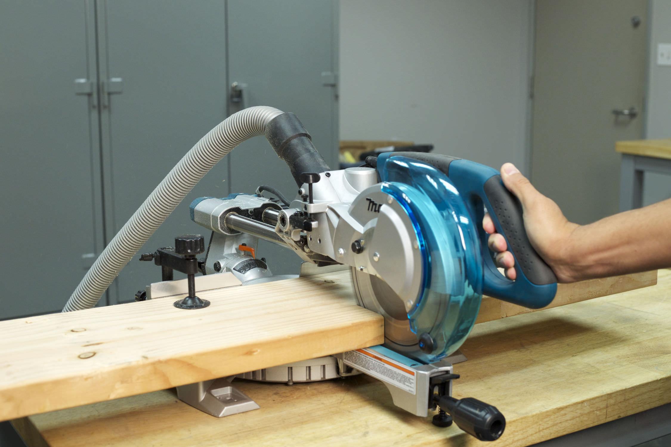 Utiliza una sierra ingletadora para cortar la pieza con la misma longitud.