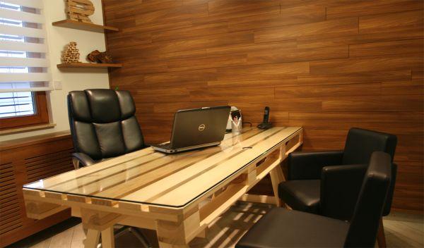 Escritorio de madera hecha con paletes