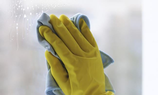Cómo limpiar vidrios manchados por residuos de agua