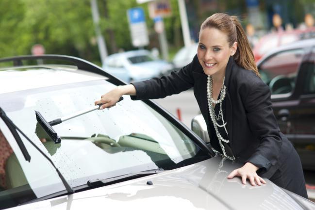 Cómo limpiar vidrios de autos