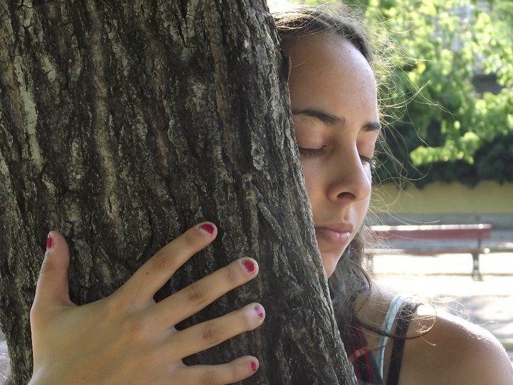 muchacha-abrazando-árbol