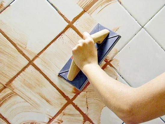 C mo colocar azulejos en la pared de un ba o revista for Como colocar azulejo